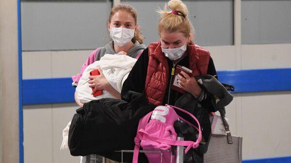 Российские туристы, прилетевшие из Черногории в аэропорту Шереметьево