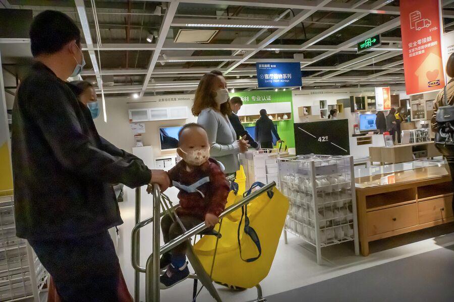 Покупатели в защитных масках в магазине ИКЕА в Пекине