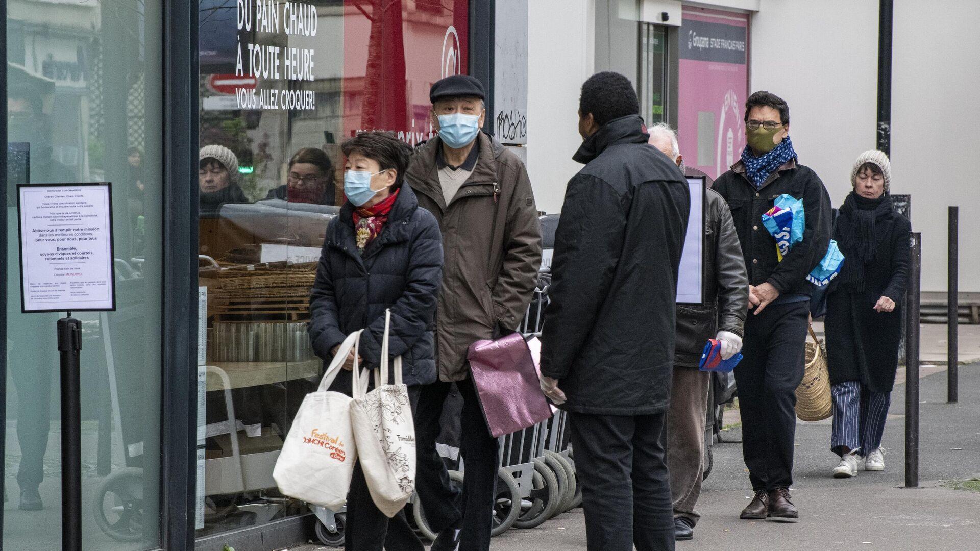 Люди стоят в очереди возле продуктового магазина в Париже - РИА Новости, 1920, 24.01.2021