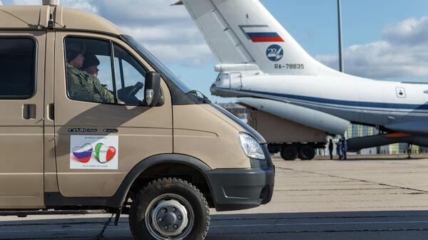 Автомобиль с медицинским оборудованием, предназначенным для отправки в Италию для борьбы с вирусом COVID-19