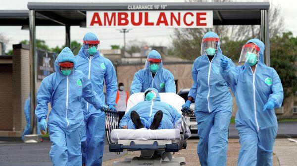 Пациента на каталке доставляют в Объединенный мемориальный медицинский центр в Хьюстоне
