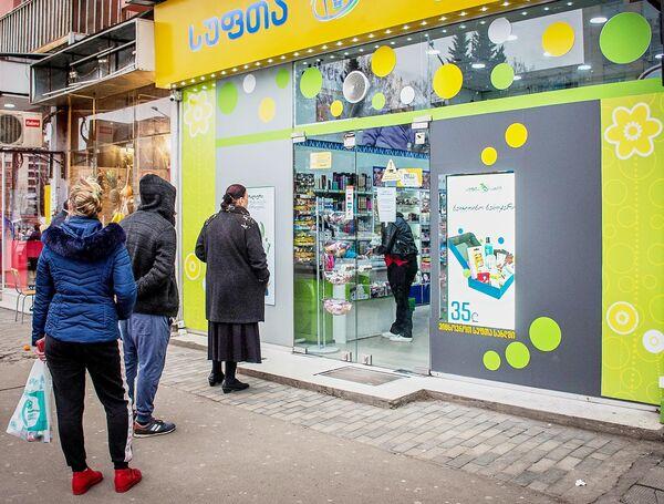 Очередь в магазин на улице Тбилиси