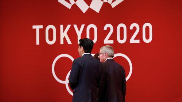 Президент Международного олимпийского комитета (МОК) Томас Бах (справа) и премьер-министр Японии Синдзо Абэ