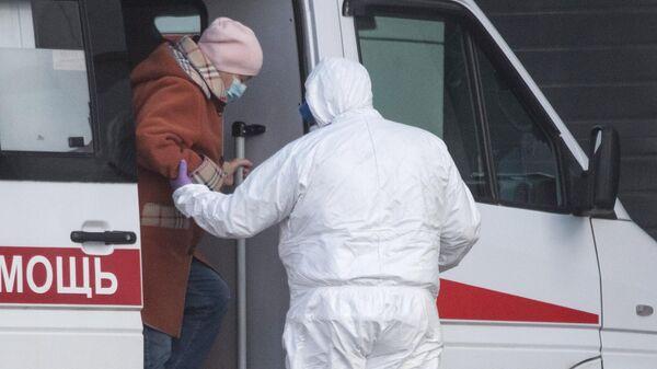 Бригада скорой медицинской помощи доставили пациента с подозрением на коронавирус в больницу в Коммунарке
