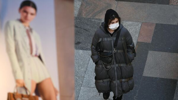 Девушка в медицинской маске в Москве
