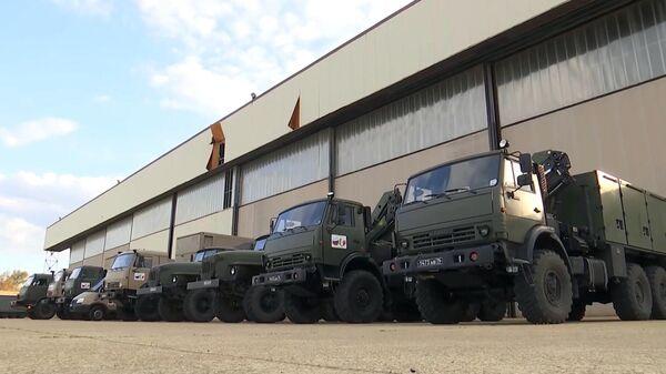 Автомобили с медицинским оборудованием, доставленные военно-транспортным самолетом ВКС России Ил-76 МД, на итальянской авиабазе Практика-ли-Маре