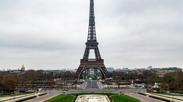 Безлюдная площадь Трокадеро и Эйфелева башня в Париже