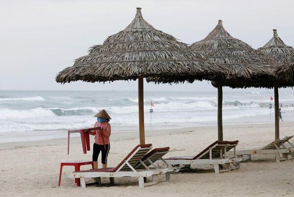 Женщина на пляже в городе Дананг, Вьетнам. 6 марта 2020 года