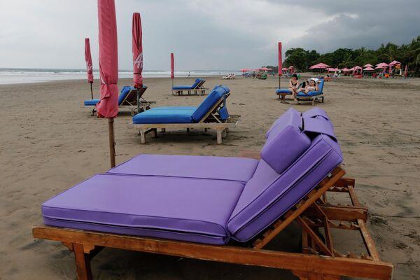 Пустые шезлонги на пляже Бали, Индонезия. 12 марта 2020 года
