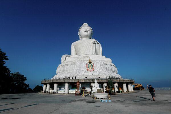 Турист фотографирует статую Будды на Пхукете, Таиланд