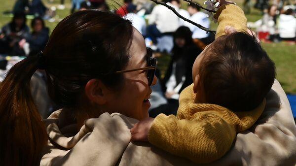 Мама с ребенком в парке Йойоги в Токио