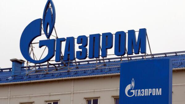 Логотип Газпрома на здании компрессорной станции Русская