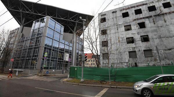 Реконструируемое здание Театра Сатирикон имени Аркадия Райкина (справа) на Шереметьевской улице