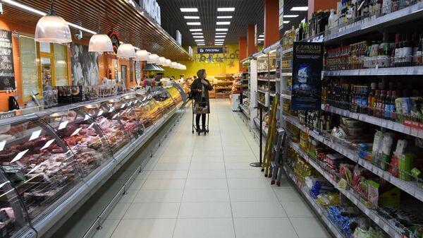 Покупательница в супермаркете