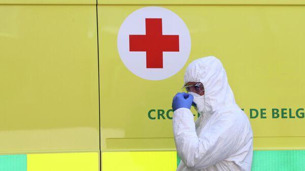 Медицинский работник у больницы в городе Льеж, Бельгия
