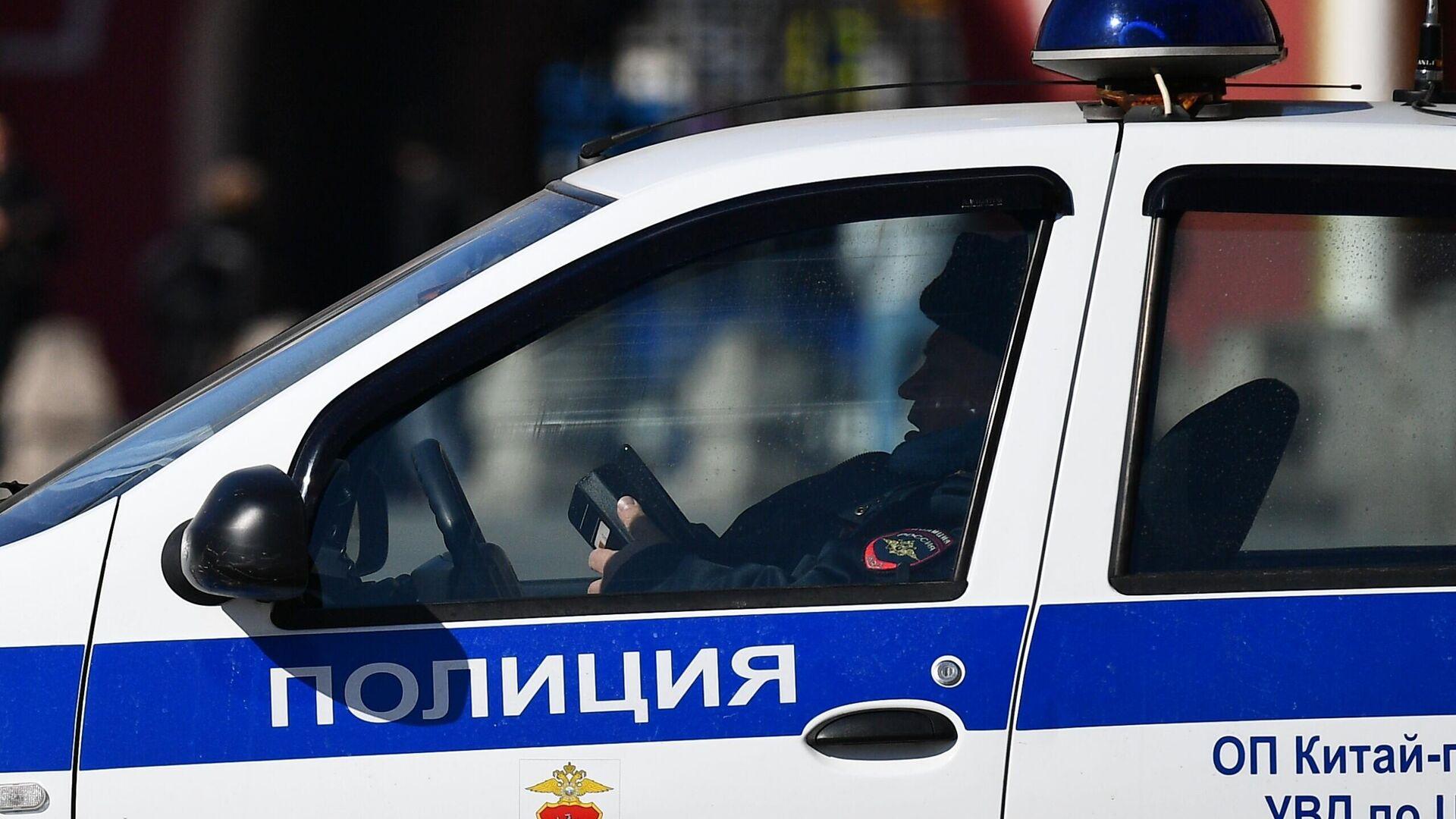 Сотрудник правоохранительных органов в полицейской машине в центре Москвы - РИА Новости, 1920, 26.09.2020