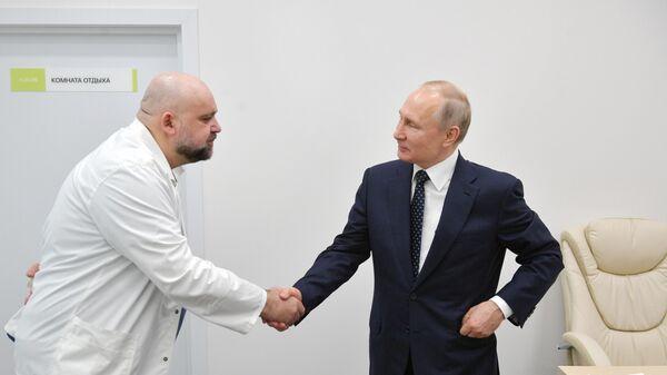 Президент РФ Владимир Путин и главный врач ГБУЗ Городская клиническая больница No 40 ДЗМ Денис Проценко
