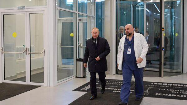 Президент РФ Владимир Путин во время посещения больницы, предназначенной для пациентов с подозрением на коронавирус, в московском посёлке Коммунарка