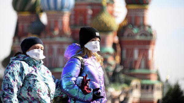 Женщины в защитных масках на Красной площади в Москве