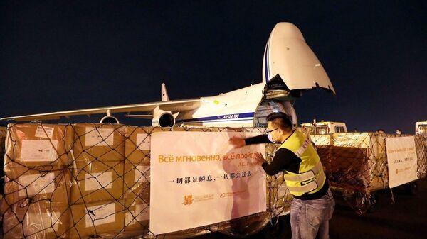 Чартер, доставивший из Китая в Москву медицинские маски, тесты на коронавирус и защитную одежду. Благотворительный груз отправила Alibaba и ее основатель Джек Ма