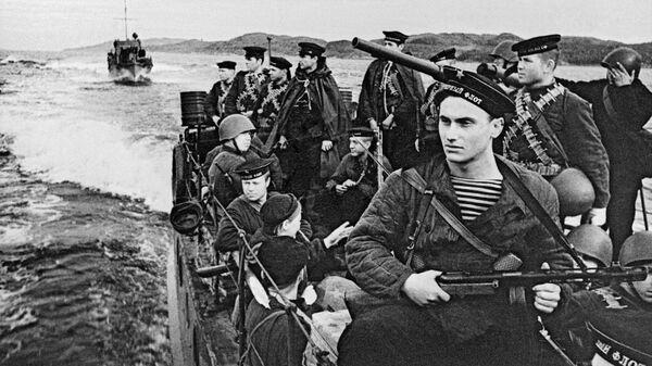 Моряки-десантники Северного флота направляются на катерах в район боевых действий