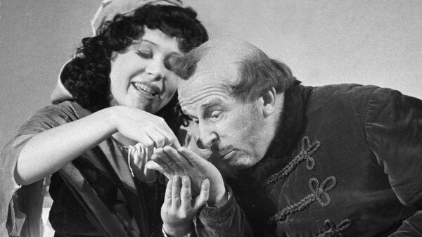 Актеры Сергей Мартинсон и Инна Макарова в сцене из спектакля-водевиля Дочь русского актера