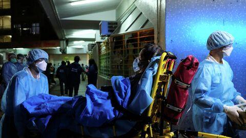 Бригада скорой помощи доставляет пациента в больницу в Гонконге