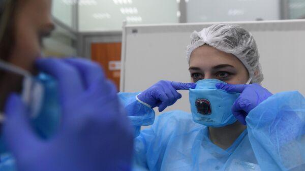 Сотрудницы в медицинской лаборатории