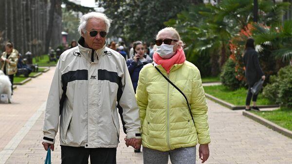 Люди в медицинских масках на улицах Сочи
