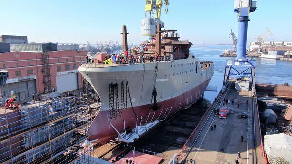 Церемония спуска на воду большого морозильного рыболовного траулера Капитан Вдовиченко проекта СТ-192