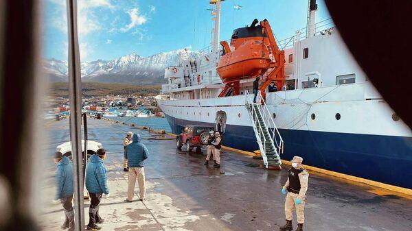 Пассажиры судна MV Ushuaia сходят на берег