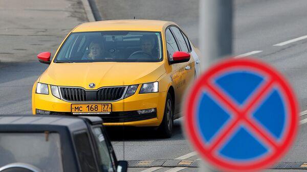 Автомобиль такси на одной из улиц в Москве