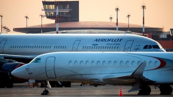 Пассажирские самолеты на стоянке в Международном аэропорту Шереметьево