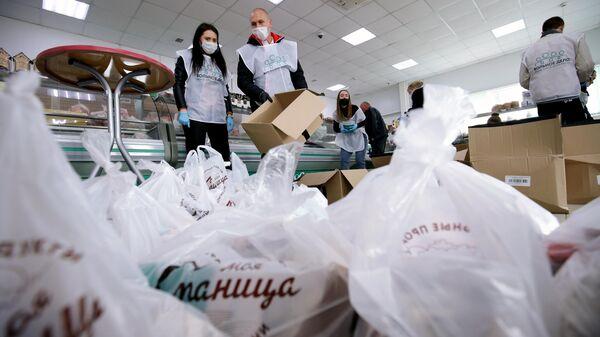 Волонтёры фонда Вольное дело формируют продуктовые наборы для пенсионеров в Краснодаре