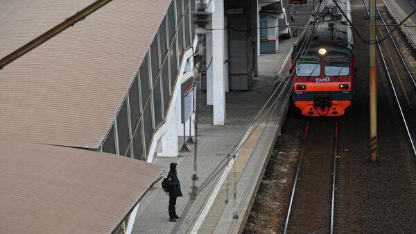 Мужчина на пустой железнодорожной станции в Мытищах