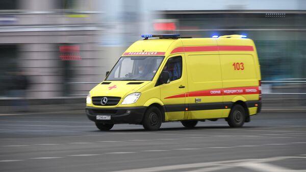 Машина медицинской скорой помощи на улице Москвы