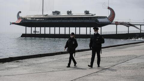 Сотрудники полиции на набережной в Ялте