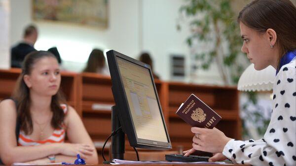 Абитуриентка в корпусе гуманитарных факультетов Московского педагогического государственного университета