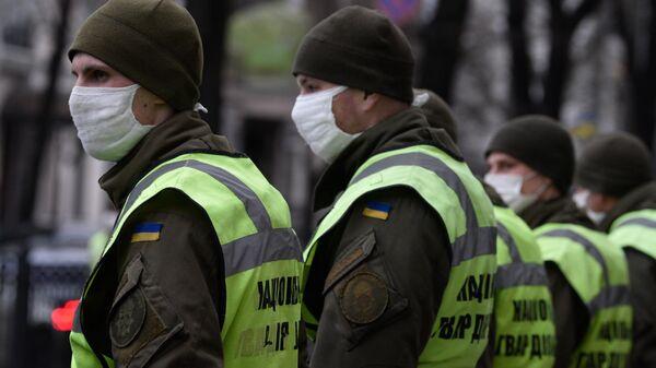 Сотрудники Национальной гвардии перед зданием Верховной рады Украины в Киеве
