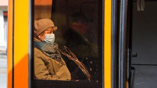 Женщина в защитной маске в салоне автобуса в Калининграде