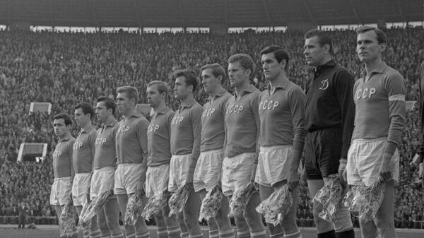 Футболисты сборной СССР перед началом матча 1/4 финала чемпионата Европы-1964 против сборной Швеции