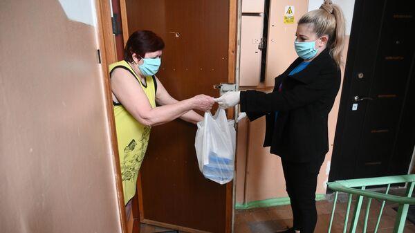 Социальный работник доставила продуктовый набор для пенсионерки в Ростове-на-Дону