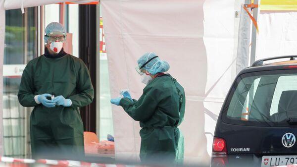 Медицинские работники в центре тестирования на коронавирус (COVID-19) в Люцерне, Швейцария