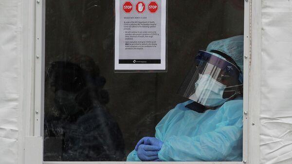 Медицинский работник в защитном костюме в Бруклинском больничном центре