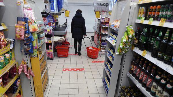 Разметка для соблюдения дистанции одном из магазинов в Москве