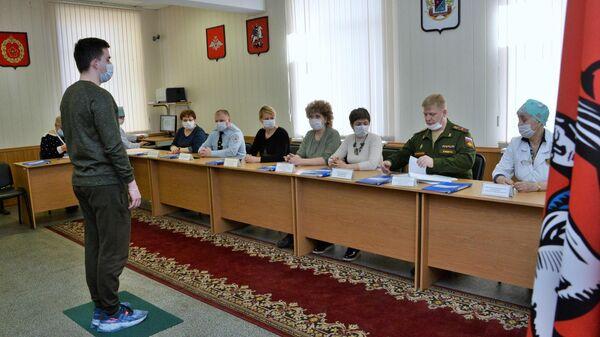Призывник во время прохождения военно-врачебной комиссии в Москве