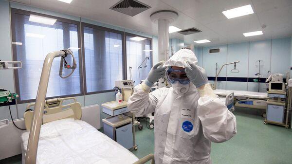 Медицинский работник в реанимационном отделении больницы № 15 им. Филатова