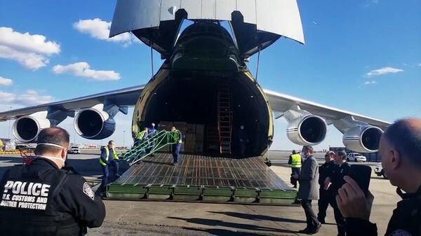 В США начали разгрузку российского самолета с гуманитарной помощью