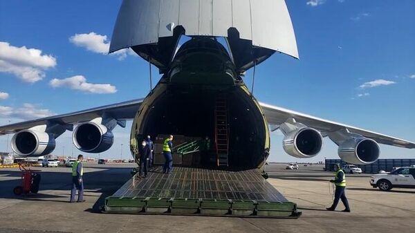 Российский самолет Ан-124 с медицинским оборудованием для США в аэропорту Нью-Йорка