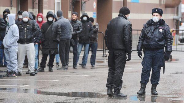 Мигранты у здания УФМС в Санкт-Петербурге